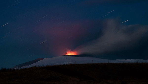 The second eruption seen from Fljótshlíð. The highest lava cascades seen in the picture are roughly 500 m high. Photo: David Karnå.