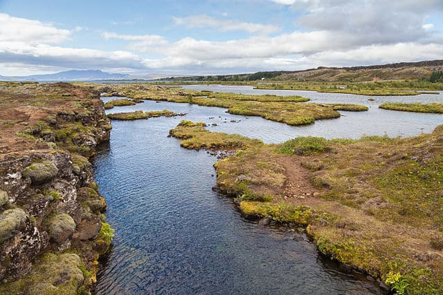 The view from above: Silfra canyon, Þingvellir National Park, Suðurland, Iceland. Photo:  Silfra fissure by Diego Delso, under license CC BY-SA 4.0, 2014.
