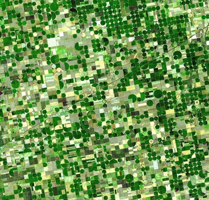 Satellite image of crops in southeast Kansas captured by Advanced Spaceborne Thermal Emission and Reflection Radiometer (ASTER) .  Image: NASA, 2001.