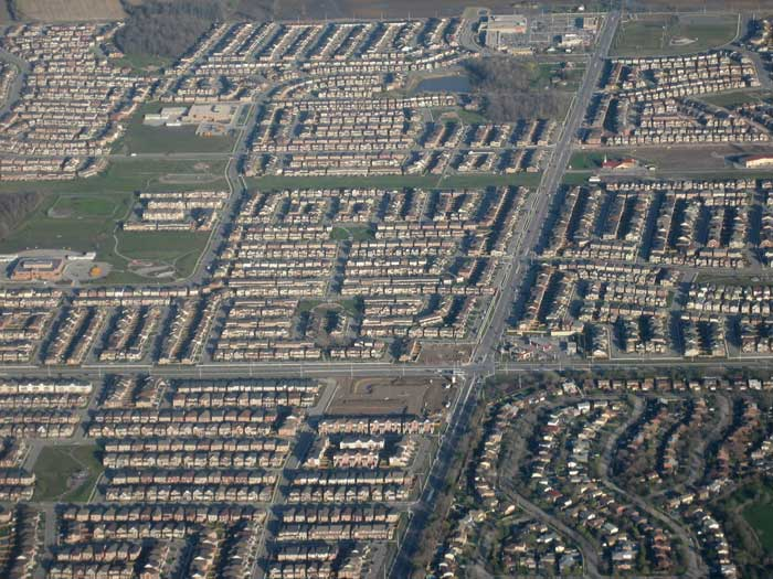 Urban sprawl in Milton, Ontario, Canada. Photo: Suburban developments in Milton, Ontario by SimonP, under license CC BY-SA 3.0, MediaWiki Commons, 2009.