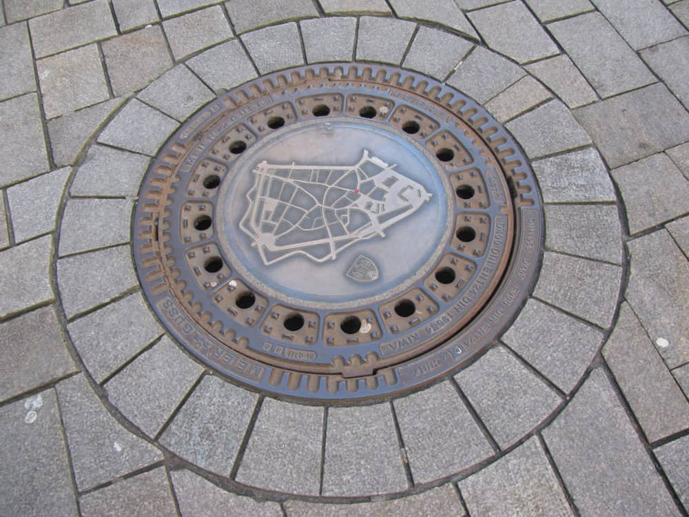 Manhole cover with a plan of old town part of Oldenburg, Germany. Photo: Anaconda74, Public domain