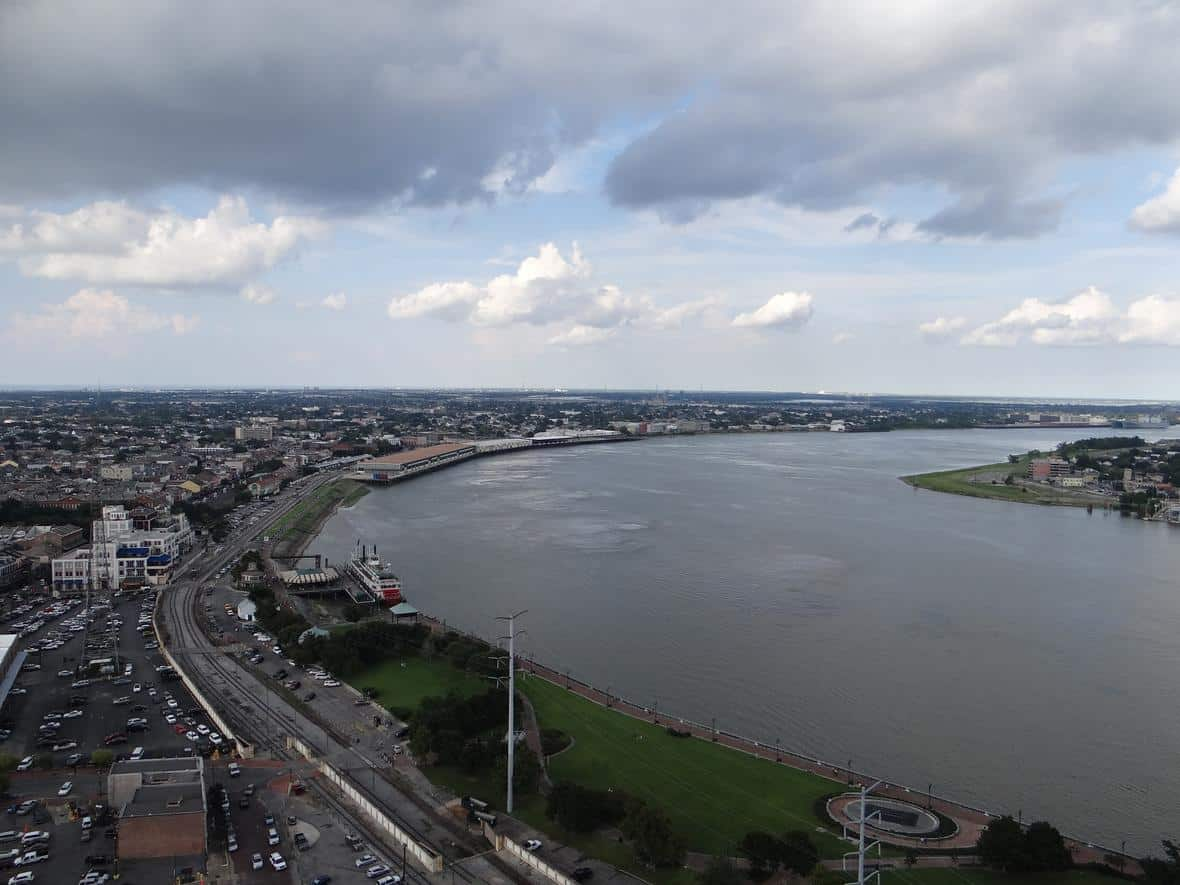 A view of the Mississippi River as it winds its way past Algiers Point in New Orleans. To the left of the image can be seen the French Quarter, while to the right can be seen Algiers Point. Photo: Alex Demas, USGS. Public domain